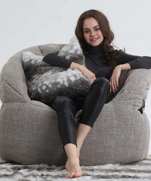 ゆったりと腰を掛けるのに最適なサイズの大きめソファ