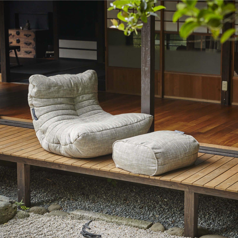 日本家屋の縁側に佇む、丸みを帯びたグレーのビーズソファとオットマン