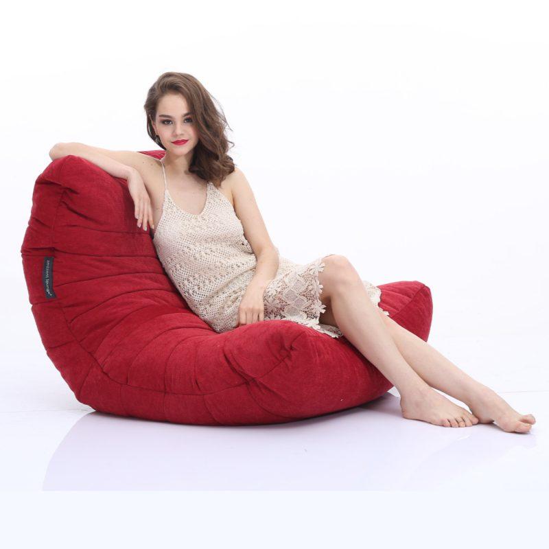 背中と体全体を包み込む様な形の鮮やかな赤色のソフトソファ